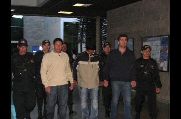 John Freddy Manco Torres, alias 'El Indio' (centro) viste de buzo color piel con