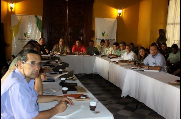 Autoridades civiles, policiales y militares en un consejo de seguridad, ayer en