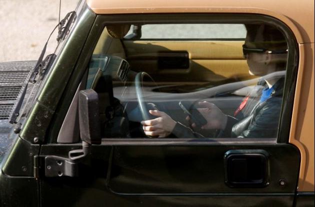 Peligros de textear en el carro