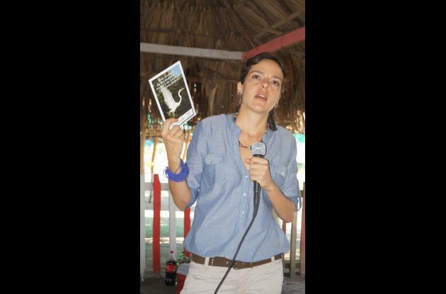 Viviana Murra, Directora de Ecoprogreso con la guía en la mano durante el lanzamiento de la primera edición en la Boquilla