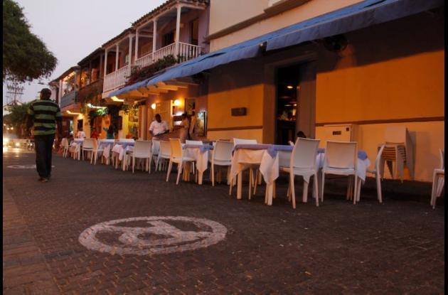Una gran cantidad de sillas en la calle son de varios de los restaurantes frente la Plaza de San Diego.