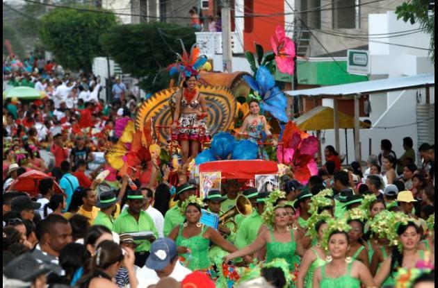 La reina de las fiestas de Arjona, Jenifer Rodríguez Campo y la reina infantil, Ana Victoria Simancas, encabezaron el desfile.