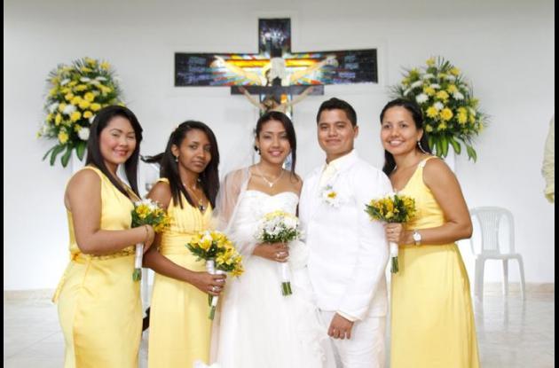De Izquierda a derecha: Erika Bellido, Bety Isabel Julio Peñalosa, la novia Danis Karina Julio Peñalosa, el novio Carlos Mario Manotas Mejía y Gina Patricia Manotas Mejía.