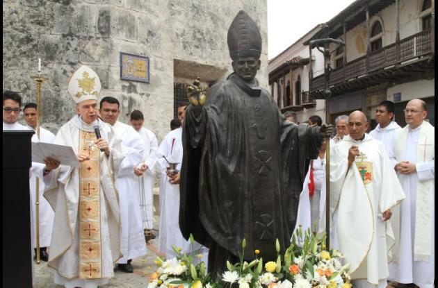 El recuerdo de Juan Pablo II se perpetuó en Cartagena en la estatua que hizo el artista Papeto, y la cual fue bendecida ayer por monseñor Carlos José Ruisco, obispo emérito de la Arquidiócesis.