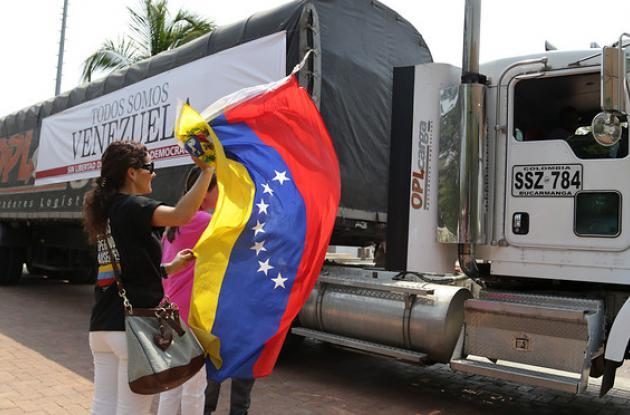 Caravana de papel periódico para medios venezolanos.