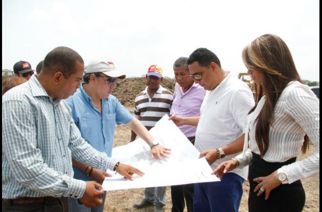 LA CONSTRUCCIÓN DEL MEGACOLEGIO en Las Piedras (San Estanislao de Kotska - Arenal) deberá estar listo en diciembre. El alcalde Roger Suárez visitó ayer el lote y junto al contratista dieron inicia a la construcción del proyecto.