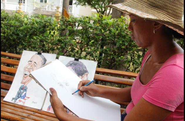 Maribel Segovia lleva 13 años en el Parque de Bolívar dibujando a turistas y cartageneros.