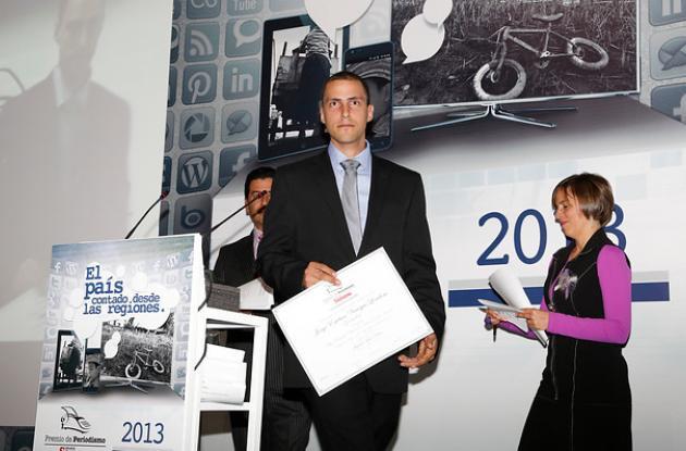 Esteban Vanegas, cuando recibió el premio 'Orlando Sierra', que exalta el coraje de un periodista.
