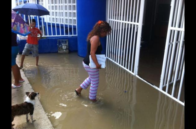 El agua que alcanzaba los 5 centímetros inundó gran parte de la Institución Educativa Villa Estrella.