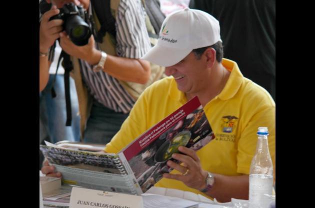 El Gobernador Juan Carlos Gossaín con el libro galardonado.