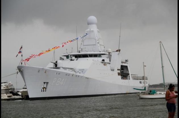 Buque de armada holandés Zeeland en el muelle de Edurbe en la bahía de Manga.