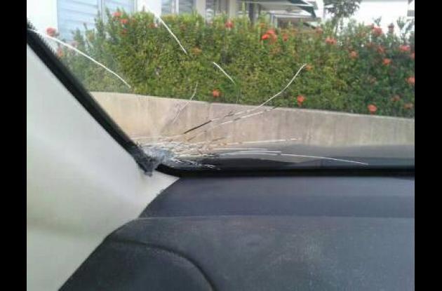 Estos actos han partido el vidrio de varios carros que transitan por la Vía del Mar.