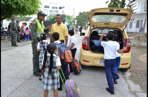 Vehículos que no cumplen con las condiciones y motocicletas prestan el servicio de transporte escolar.