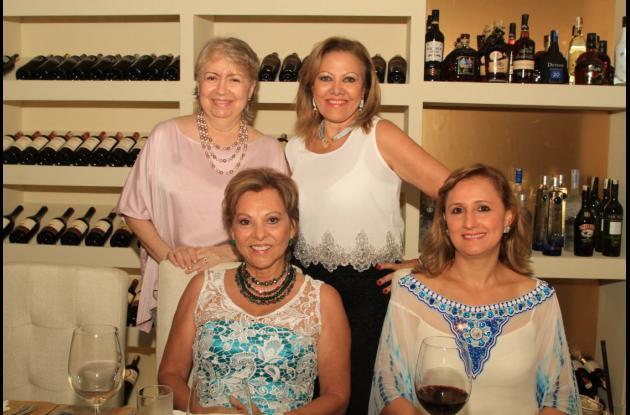 De pie: Gilma Amarillo de  De León y Margarita Vélez; sentadas: Emita de Román y Marta de Janna.