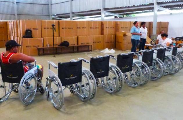 entrega silla de ruedas gobernacion de bolivar Coliseo Bernardo Caraballo.