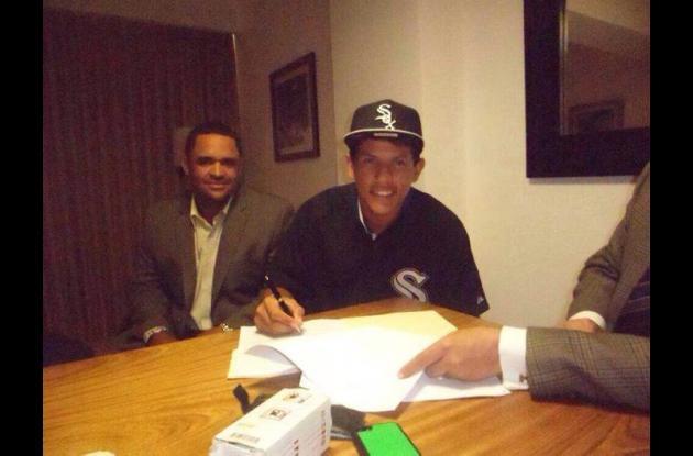 Jhoandro Alfaro, el pelotero sincelejano durante la firma.