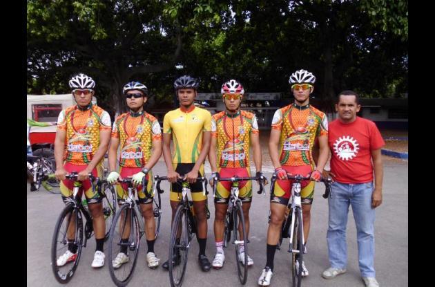 El equipo de Bolívar Ganador: Johan Bayona, Pablo Patiño, Gabriel Barrios, José Imitola, Bayron Berrocal y Jimmy Kelly, técnico.