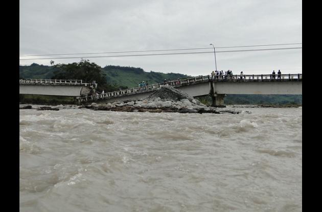 Colapsó el puente la reconciliación en lejanías meta por fuertes lluvias