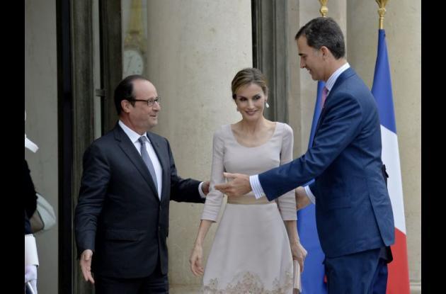 François Hollande, la reina Letizia y rey Felipe VI de España.