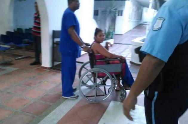 Josefa en silla de ruedas poco antes de salir de la clínica.