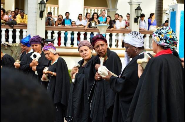 Las víctimas se vistieron de negro y utilizaron huesos durante el acto.