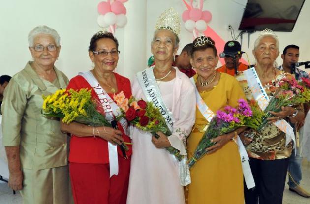 El podio real de la tercera edad. En el centro, la reina Vilma Guerrero.