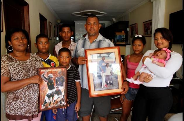 la felicidad de la familia Herrera García se palpa en toda la casa, en el barrio Las Gaviotas. Sus padres José y Marelvis muestran con orgullo los cuadros donde aparece el talentoso Dilson Herrera.