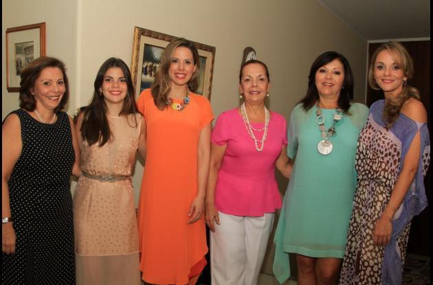 Josefina Arocha, Cristina Gedeón, la novia, Diana Rodríguez; Vicky Arocha, Rocío Faciolince y Carolina Arocha de Gedeón.