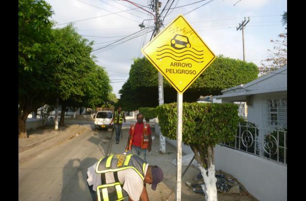 Si ve señales como las de la foto y está lloviendo, tenga cuidado, esta indica que usted se encuentra en una zona en la que se pueden formar arroyos peligrosos