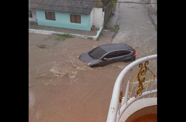 En días pasados este carro fue arrastrado por corriente de lluvias en Blas de Lezo, evite situaciones como estas que pongan en peligro su vida y la de sus acompañantes..