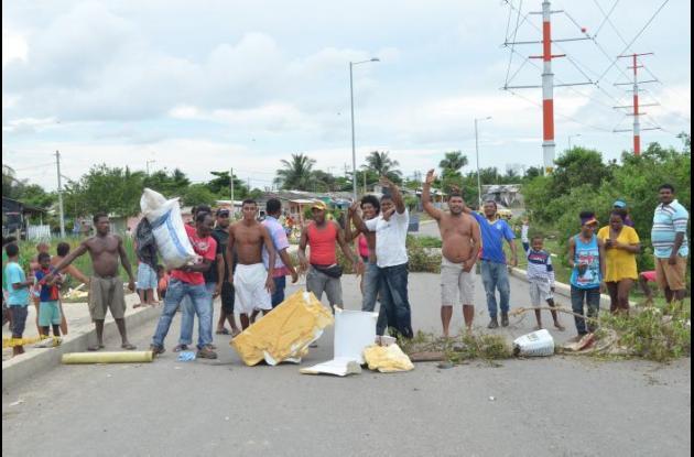 El pasado domingo los habitantes del sector Omaira Sánchez, en el barrio La Candelaria, bloquearon la vía Perimetral luego de que un perrito se electrocutara.
