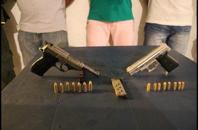 Pistolas decomisadas a los presuntos miembros de la banda 'los Chiqui'.