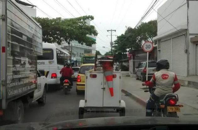 Congestión vehicular en la entrada al barrio La Esperanza, Cartagena