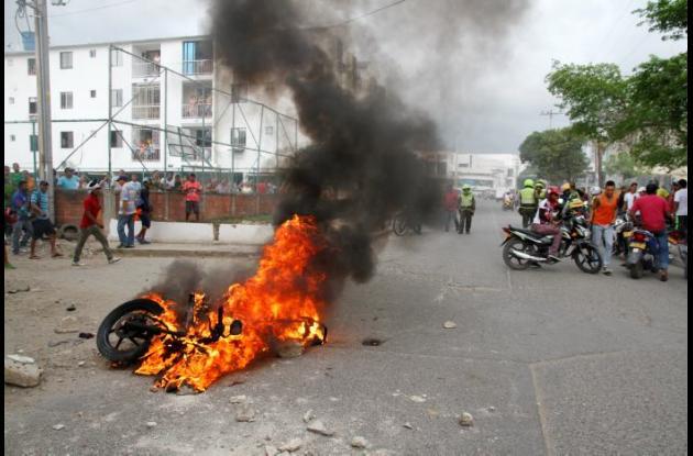 Moto que quemó comunidad en San Fernando, de dos presuntos que salieron baleados al enfrentarse a policía, que también salió herido.