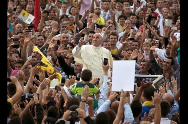 Papa Francisco rodeado por la multitud en Albania.