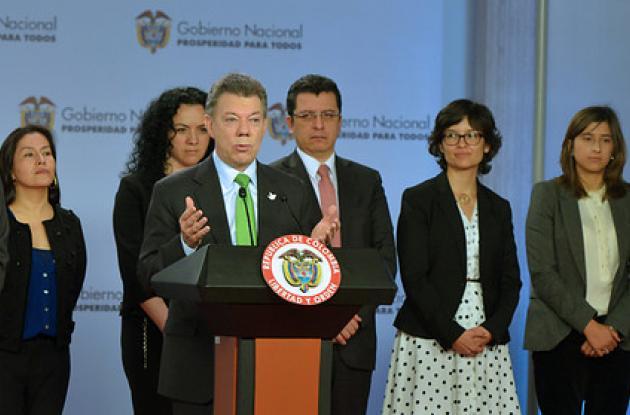El presidente de la República, Juan Manuel Santos y el ministro de Salud, Alejandro Gaviria, firmaron el decreto que regula el registro sanitario de los medicamentos biotecnológicos.