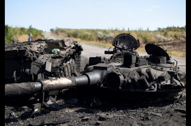 Un tanque de guerra destruido en una de las carreteras del este de Ucrania.