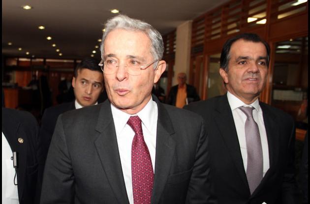 Álvaro Uribe se retiró del debate que se realizaba en el Congreso para radicar la denuncia.