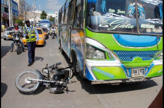 Dos heridos deja accidente en Pedro de Heredia, frente a Los Ángeles. Iban a bordo de moto que arrolló buseta.