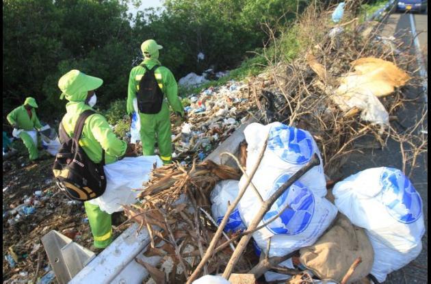 Los operarios de la empresa de aseo recogieron desechos en La Boquilla y los dispusieron en bolsas para que se los llevara el camión de la basura.
