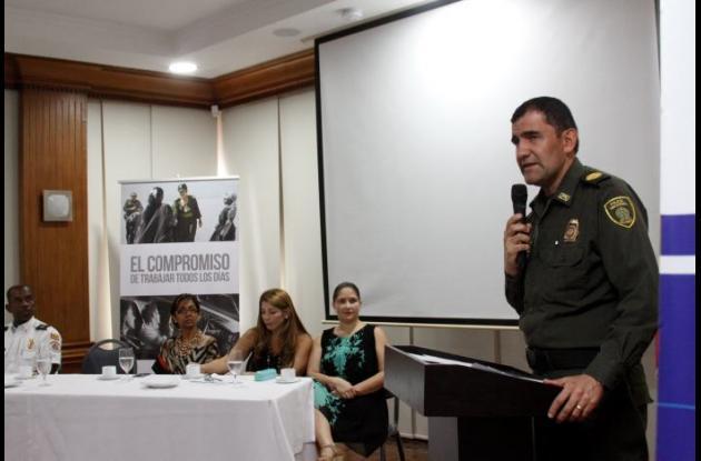 El comandante de la Mecar, coronel  Carlos Ernesto Rodríguez, responde inquietudes del gremio hotelero.  en la mesa están sentados el subcomandante del Cuerpo de Bomberos, la directora de Corpoturismo, Directora de Cotelco y Directora de Asotelca