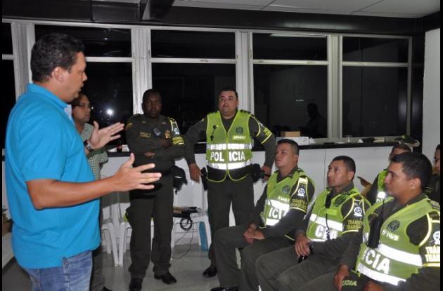 Capacitan a policías de tránsito en el uso de comparenderas electrónicas.