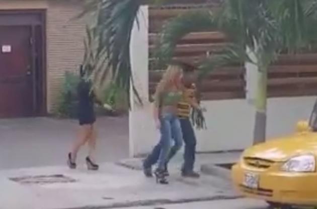 """Momento en que sacan a la mujer de la """"casa de citas"""" de Bocagrande."""
