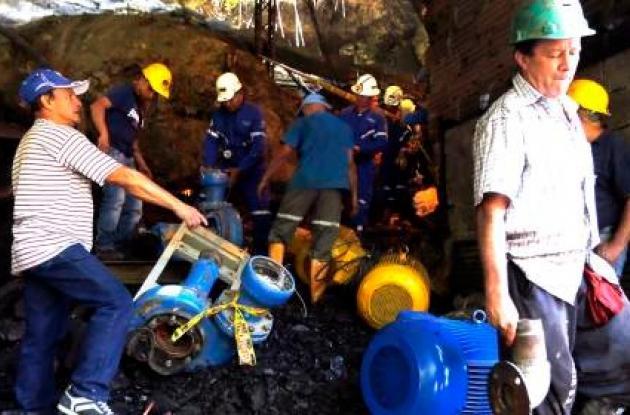 La acción de las bombas instaladas para drenar el agua que inundó 250 metros del socavón de la mina La Cancha, que ayer eran ocho, ha servido para bajar cuatro metros el nivel