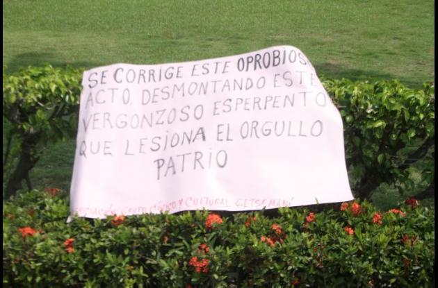 Estos fueron algunos de los carteles que pusieron al lado de la placa.