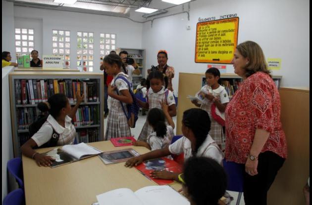 La ministra Mariana Garcés Córdoba les explicó a los niños la importancia de cuidar los libros.
