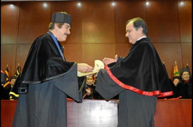 El licenciado Antonio Leaño Reyes, rector de la Universidad de Guadalajara, entrega el doctorado Honoris Causa al economista, empresario y político caldense Óscar Iván Zuluaga Escobar.
