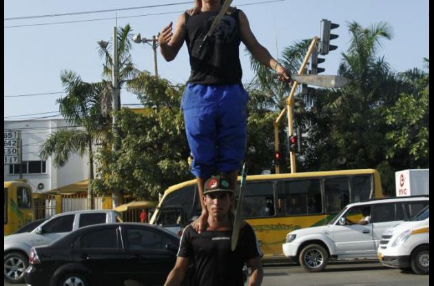 El malabarista realizaba impresionantes actos con machetes y otros elementos en semáforos de la bomba El Amparo. Foto Archivo.