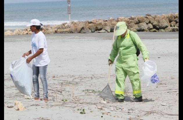 Las empresas Pacaribe y Aseo Urbano  asean las playas de la ciudad y la zona insular.