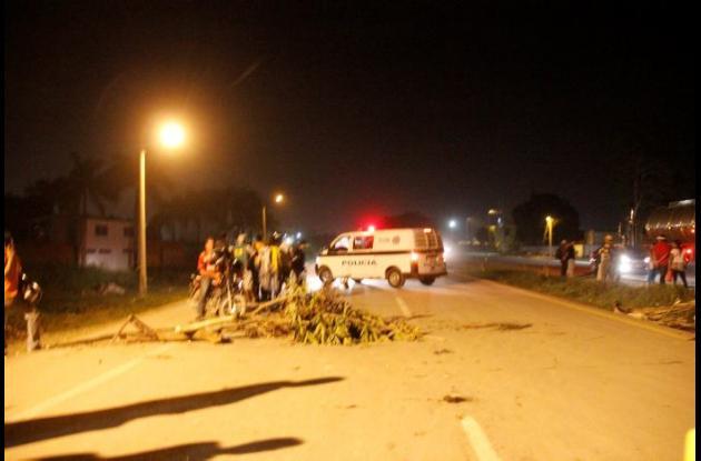 Intentan bloquear vía Circunvalar, tras muerte de José Cantillo, joven que fue arrollado por un camión.